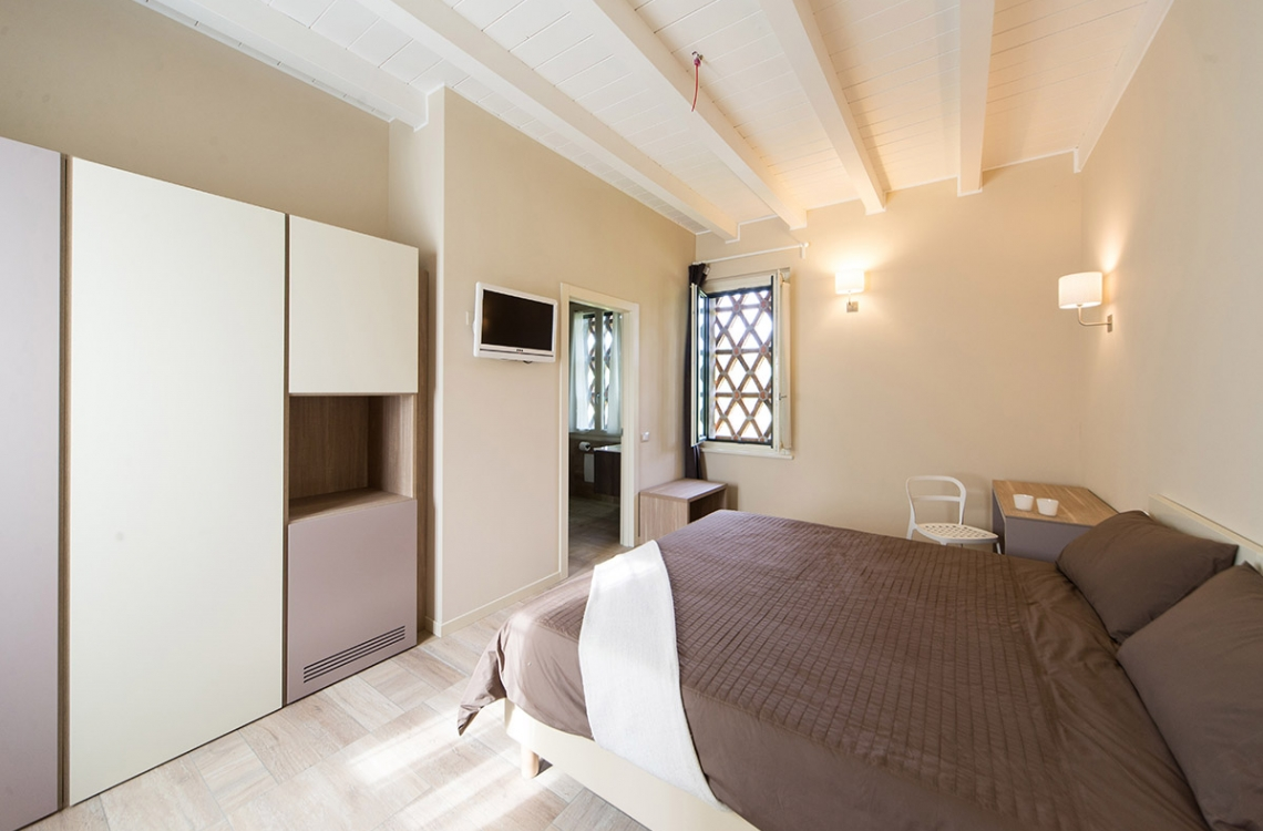 Arranged on the first floor of the building that closes the old courtyard, this is a spacious and bright double room, also for single usage, along the balcony open on the courtyard, meant to be the ideal location where to spend your holiday vacations or the night of a business trip. With a total of approximately 30m2, furnished in an elegant and contemporary style, presenting latest generation comfort. This room offers a beautiful view of the surrounding buildings and of our magic countryside
