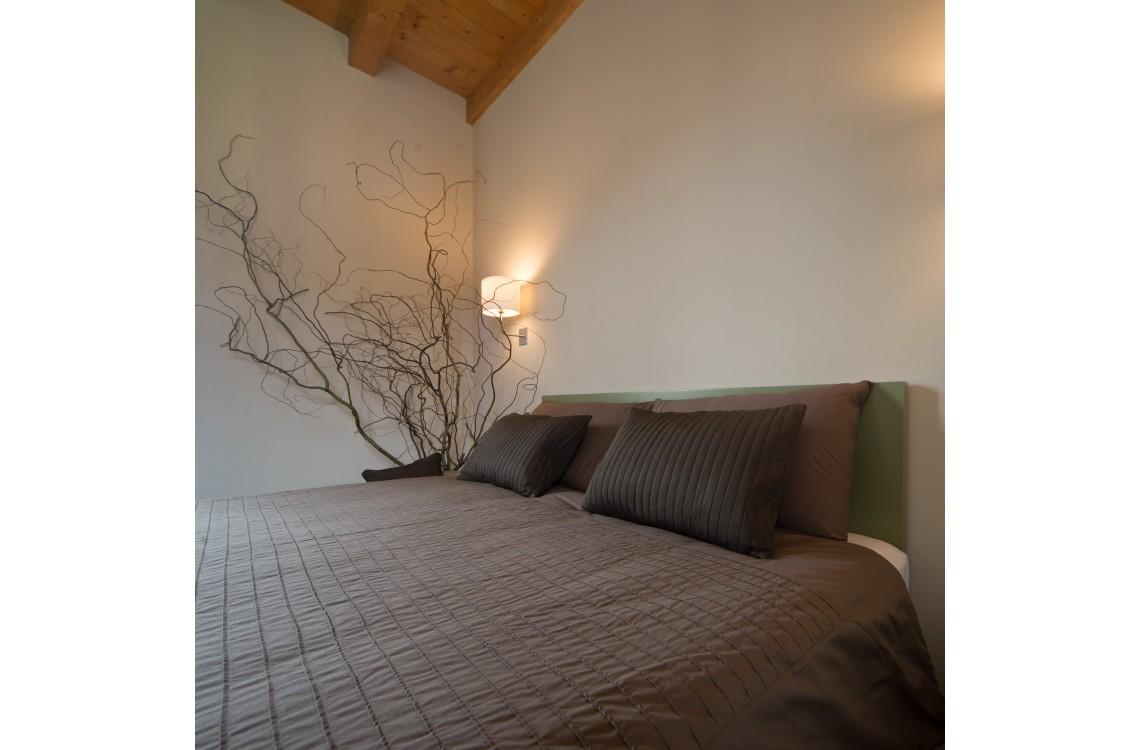 La suite è disposta nella parte più antica dell'insediamento rurale,  in un ambiente armonico e rilassante, arredata con stile contemporaneo,  caldo ed elegante, la suite può diventare una comoda family room per 3-4  persone. La suite STEMMA, così denominata per la presenza dello stemma  seicentesco della famiglia Galizia, di complessivi 45mq, è collocata su  un unico piano su cui si dispongono la camera da letto, con un letto matrimoniale, il soggiorno, con due letti singoli,e  il bagno privato.<br>Disponibile uso SINGOLA, uso DOPPIA, uso TRIPLA e uso QUADRUPLA (2 adulti + 1/2 bambini).<br>